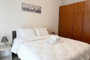 A bed or beds in a room at Papi's Free Parking Apartment's