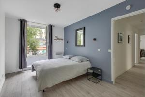 A bed or beds in a room at Suite KIMBERLEY, Great Flat, Montorgueil Paris