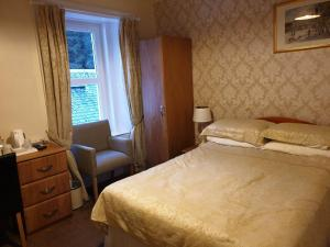 A bed or beds in a room at Inverardran House Bed and Breakfast