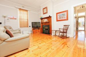A seating area at Emaroo Cottages Broken Hill