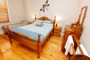A bed or beds in a room at Emaroo Cottages Broken Hill