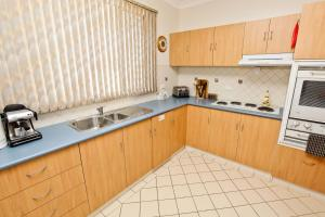 A kitchen or kitchenette at Emaroo Cottages Broken Hill