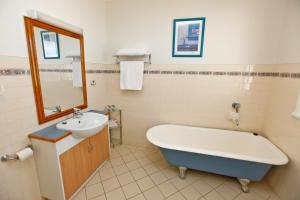 A bathroom at Emaroo Cottages Broken Hill
