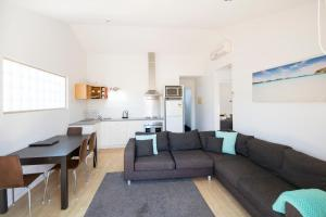 A seating area at Archipelago Apartments Esperance - The Quays Apartments
