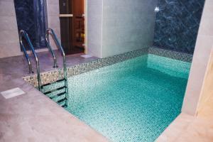 Бассейн в Отель Квартал или поблизости