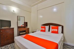 A bed or beds in a room at OYO 429 City Hotel