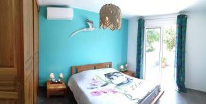 "A bed or beds in a room at ""Entre Mer et Montagne"""