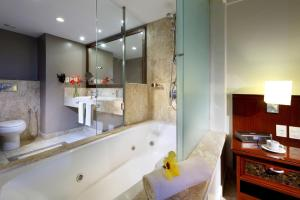 A bathroom at Grand Palladium Imbassaí Resort & Spa - All Inclusive