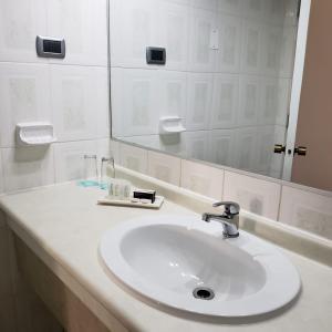 Un baño de Hotel Gavina Express