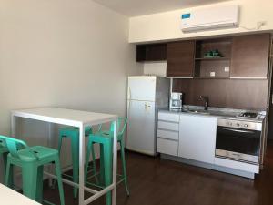 A kitchen or kitchenette at Departamento a estrenar en Palermo con pileta.