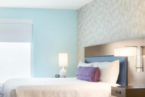 A bed or beds in a room at Home2 Suites by Hilton Orlando International Drive South