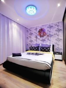 Кровать или кровати в номере Romantic Apartment in a Vibrant Metropolis