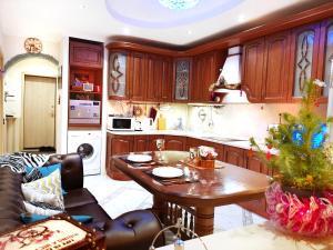 Кухня или мини-кухня в Romantic Apartment in a Vibrant Metropolis