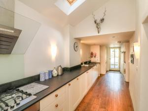 A kitchen or kitchenette at Old Maids Cottage