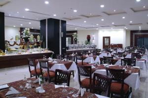 A restaurant or other place to eat at Dar Al Eiman Royal Hotel