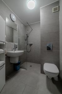 A bathroom at GUZ Apartamenty