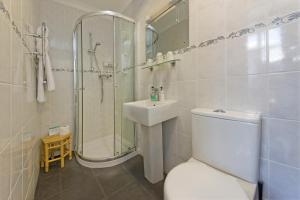 A bathroom at Glenrigh Guest House - Adults Only