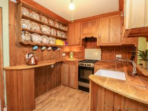 A kitchen or kitchenette at Hawthorne Cottage