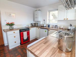 A kitchen or kitchenette at Rose Cottage