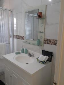 A bathroom at GranAnn's Place