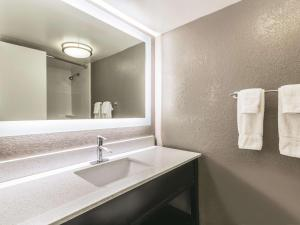 A bathroom at La Quinta by Wyndham Virginia Beach
