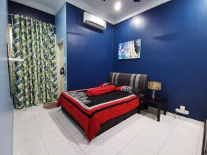 A bed or beds in a room at DF ZaheenulFitri Homestay (Muslim Homestay)