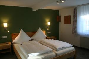 A bed or beds in a room at Landhaus Gnacke