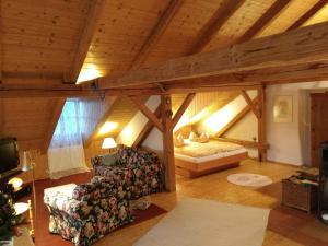 Ein Sitzbereich in der Unterkunft Ferienwohnung Lackenhäuser