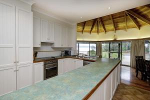 A kitchen or kitchenette at FAR SHORE