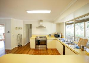 A kitchen or kitchenette at Tegwan's Nest Holiday Home