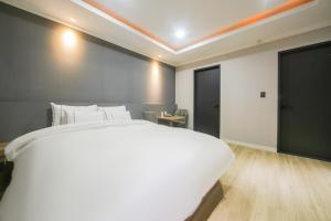 A bed or beds in a room at PRIMO Hotel