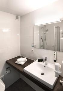 A bathroom at Hotel Fischerwirt