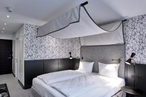 A bed or beds in a room at Hotel am Ochsentor