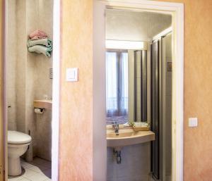A bathroom at Hotel Terminus Montparnasse