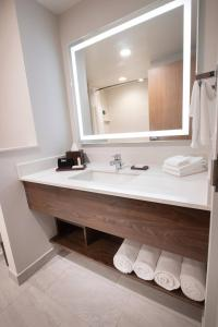 A bathroom at Fairfield by Marriott Edmonton International Airport