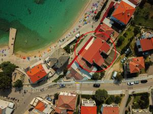 A bird's-eye view of Apartment By The Sea