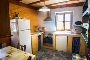 A kitchen or kitchenette at Casa Rural El Cartero