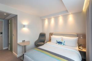 A bed or beds in a room at Holiday Inn Express - Frankfurt City - Westend