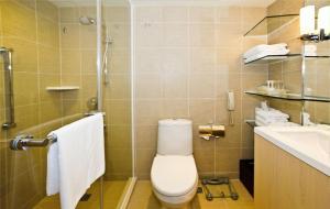 Ett badrum på Holiday Inn Golden Mile