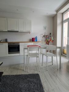 Kuchnia lub aneks kuchenny w obiekcie Apartament Kraszewskiego 35
