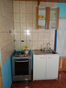 Una cocina o zona de cocina en Hostal Apanantor