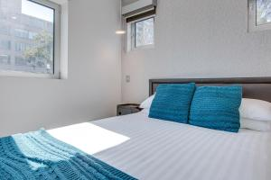 A bed or beds in a room at Explore Sydney from a new North Shore apartment