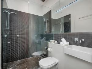 A bathroom at Urban Loft Close To Sydney Hot Spots
