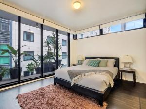 A bed or beds in a room at Urban Loft Close To Sydney Hot Spots