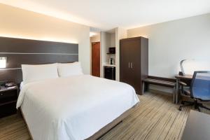 Кровать или кровати в номере Holiday Inn Express Hotel & Suites Minneapolis-Downtown Convention Center