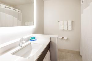 Ванная комната в Holiday Inn Express Hotel & Suites Minneapolis-Downtown Convention Center
