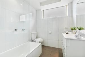 A bathroom at Oversized apartment close to city, parks, MCG