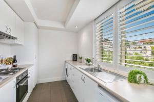 A kitchen or kitchenette at Oversized apartment close to city, parks, MCG