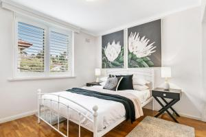 A bed or beds in a room at Oversized apartment close to city, parks, MCG