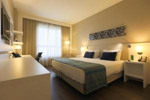 A bed or beds in a room at Quality Hotel São Caetano